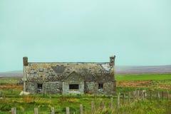 Casa de campo velha abandonada Fotos de Stock
