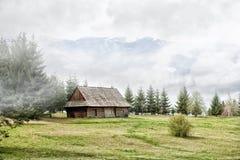 Casa de campo velha nas montanhas Imagens de Stock