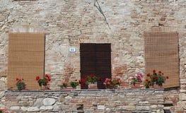 Casa de campo velha de Tuscan com as telas de bambu sobre as janelas Fotos de Stock