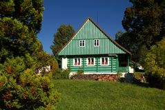 Casa de campo verde Imagem de Stock Royalty Free