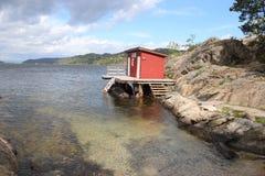 Casa de campo vermelha pelo mar Foto de Stock