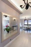 Casa de campo vibrante - espelho enorme fotos de stock royalty free