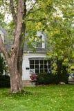 Casa de campo vieja en otoño Imagen de archivo libre de regalías