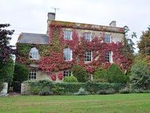 Casa de campo y jardín hermosos imagen de archivo libre de regalías