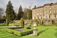 Casa de campo y jardín ingleses grandes Fotografía de archivo libre de regalías