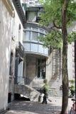 Casa de canto sereno dobrada afastado dentro da convicção e da azáfama de Montreal, Canadá foto de stock
