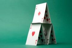Casa de cartões no verde Fotografia de Stock Royalty Free