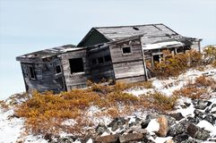 Casa de cazadores vieja de decaimiento cerca al Keno, el Yukón imagenes de archivo