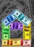 Casa de cem notas de dólar em um arco-íris das cores Conce Imagem de Stock
