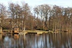 Casa de chá no lago imagens de stock