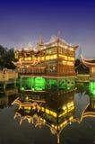 Casa de chá velha de Shanghai na noite imagens de stock royalty free