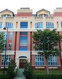 Casa de cidade exterior com ajardinar Imagens de Stock