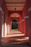 Casa de construção abandonada Rosa na cidade velha, San Juan Imagens de Stock