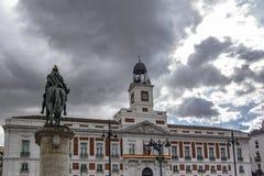 Casa de Correos och den rid- statyn av Carlos III i Madrid, Spanien royaltyfri bild