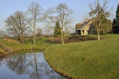 Casa de Cotswold por Lago Fotos de Stock Royalty Free