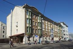 Casa de cuatro pisos residencial del ladrillo en Moscú Foto de archivo libre de regalías