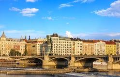 Casa de dança em Praga e ponte da ponte de Jirasek sobre o Vltav fotografia de stock