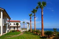 Casa de dois andares branca com telhado marrom, gramado verde Fotografia de Stock Royalty Free
