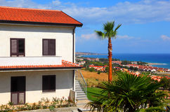 Casa de dois andares com telhado e as escadas marrons Imagens de Stock