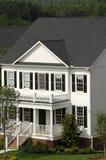 Casa de dos pisos blanca Imágenes de archivo libres de regalías