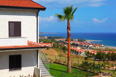 Casa de dos pisos con la azotea y las escaleras marrones Foto de archivo libre de regalías