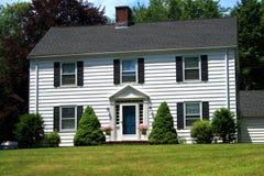 Casa de dos pisos de Nueva Inglaterra Fotografía de archivo libre de regalías