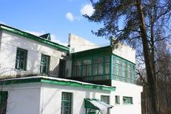 Casa de dos pisos del estuco blanco viejo del ladrillo Fotografía de archivo