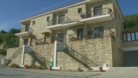 Casa de dos pisos de la albañilería en la ciudad de vacaciones reservada, estableciendo el tiro Chalet blanqueado del día de fies almacen de video