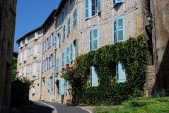 Casa de entramado de madera con el azul y Violet Shutters Fotografía de archivo