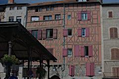 Casa de entramado de madera con los obturadores rosas Imágenes de archivo libres de regalías