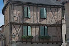 Casa de entramado de madera con los obturadores verdes Imagen de archivo
