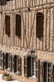 Casa de entramado de madera en el pueblo de Soreze, Francia Foto de archivo