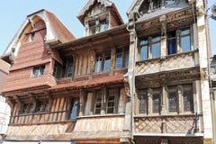 Casa de entramado de madera medieval vieja en la ciudad de Etretat Imágenes de archivo libres de regalías