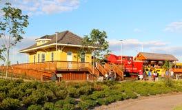 Casa de estação de caminhos-de-ferro amarela no parque da descoberta de América foto de stock royalty free