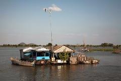Casa de flutuação com uma antena Fotos de Stock