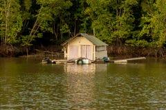 Casa de flutuação da barraca da aldeia piscatória na água de Krabi, Tailândia em 3Sudeste Asiático imagem de stock royalty free