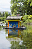 Casa de flutuação do pássaro Fotografia de Stock Royalty Free