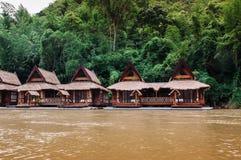 Casa de flutuação de madeira da jangada no rio Kwai em Sai Yok, Kanchanabur fotos de stock