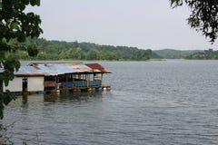 Casa de flutuação no lago Cacaban, regência de Tegal, Indonésia imagens de stock