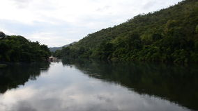 Casa de flutuação no rio video estoque