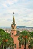 Casa de Gaudi con la torre en el parque Guell, Barcelona Imágenes de archivo libres de regalías