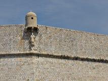 Casa de guardia y patrón en la pared de Dubrovnik Foto de archivo