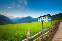 Casa de hóspedes confortável de dois assoalhos em montanhas de Himalaya Imagens de Stock