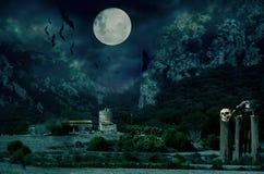 Casa de Halloween com lua e bastões imagens de stock