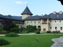 Casa de huéspedes y patio de un monasterio en Bucovine en Rumania fotografía de archivo