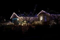 Casa de iluminación hermosa de la Navidad Foto de archivo libre de regalías