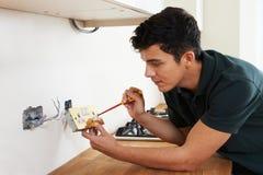 Casa de Installing Socket In del electricista nueva Imágenes de archivo libres de regalías