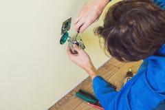 Casa de Installing Socket In del electricista nueva imagenes de archivo