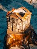 Casa de la arcilla hecha a mano en un tocón en el bosque Diseño del paisaje de Imagen de archivo