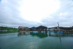 Casa de la balsa en el río Imagenes de archivo